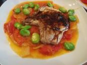 Tomatensauce mit Fava Bohnen und Kaffernlimette und Schweinekotelett