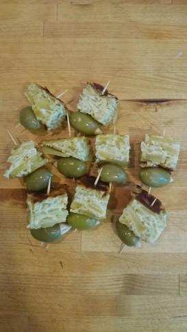 Pintxos de olivas y tortilla