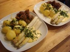Kartoffeln, Spargel mit Sauce Hollandaise und Fleischklößchen
